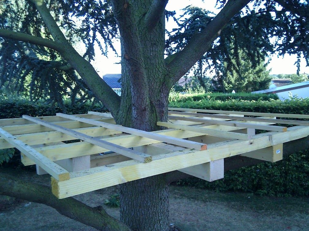 Fabriquer Une Cabane En Bois Dans Un Arbre : des liteaux comme sur une toiture. Puis on pose un plancher en bois de